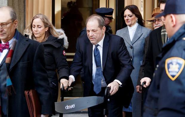 Harvey Weinstein sale de la Corte Suprema del estado de Nueva York después de un cuarto día de deliberación del jurado en su juicio por agresión sexual en Nueva York, Nueva York, EE. UU., 20 de febrero de 2020.
