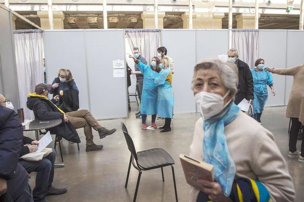 Macron: Francia se prepara para administrar una tercera dosis de vacuna