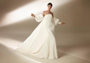Foto cedida por Pronovias de Blanca Padilla posando con un modelo de la última colección de la marca.