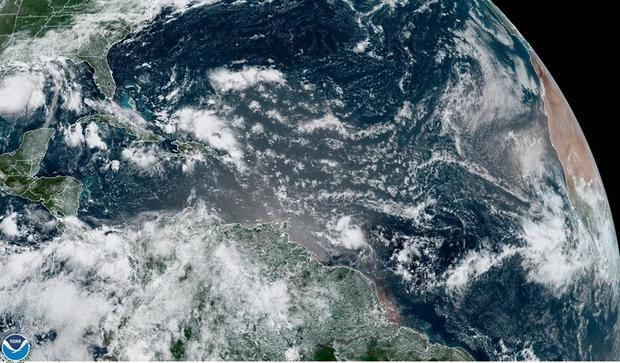 Fotografía cedida por la Administración Nacional Oceánica y Atmosférica (NOAA) de Estados Unidos por vía del Centro Nacional de Huracanes (NHC) donde se muestra la localización de las tormentas tropicales Hanna y Gonzalo este viernes a las 11:00 hora local (15:00 GMT).
