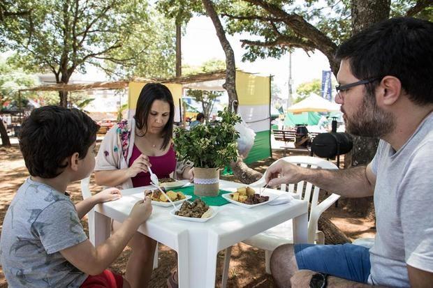 Personas asisten al Festival Internacional del Batiburrillo este sábado en San Juan Bautista (Paraguay). El aroma y el sabor del batiburrillo, un peculiar guiso de menudencias de vacuno, impregnó este sábado la ciudad paraguaya de San Juan Bautista, que tiene su icono culinario en ese plato, introducido por un emigrante vasco cuya huella perdura en una multitudinaria y anual fiesta gastronómica.