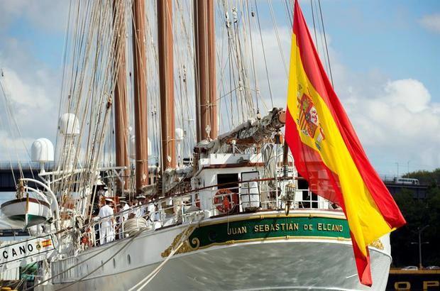 La bandera española de Elcano vuelve a ondear en el puerto de Santo Domingo