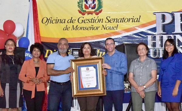 Navarro exhorta a maestros y estudiantes a ser referentes sociales