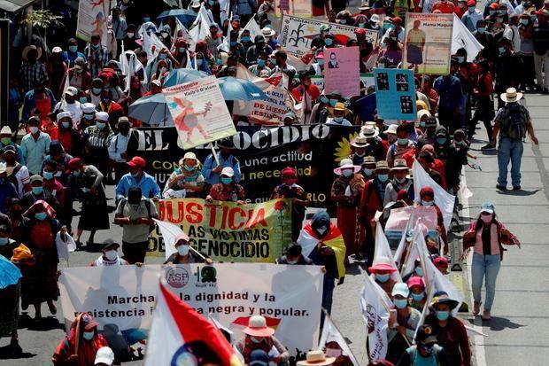 Cientos de guatemaltecos, principalmente indígenas, campesinos y activistas, marcharon en las principales avenidas de la Ciudad de Guatemala para protestar en contra del racismo y por la dignidad indígena, negra y popular.
