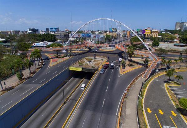 10/05/2020 16:53 (UTC) Crédito: EFE Fuente: EFE Autor: Erickson Polanco Temática: Sanidad y salud » Enfermedades Vista este domingo de las avenidas vacías en el Distrito Nacional de Santo Domingo (República Dominicana).