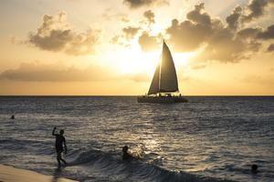 Fotografía del atardecer en una playa de Oranjestad, Aruba.