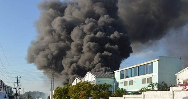 Bomberos tratan de sofocar un incendio en una fábrica de papel en Villa Juana.
