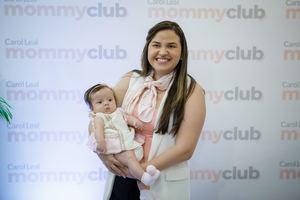 Ámbar Mejía con la bebé María Belén Pichardo.