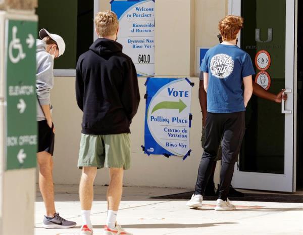 Vista de un centro de votación en la Universidad de Miami, este 3 de noviembre de 2020.