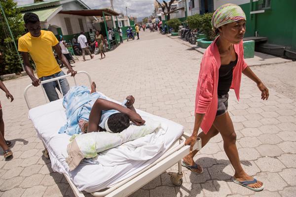 Los hospitales de Haití se saturan mientras aumentan las víctimas del sismo