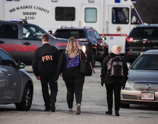 Agentes de la Oficina Federal de Investigaciones llegan al lugar después de los informes de varias personas baleadas en el centro comercial Macy's.