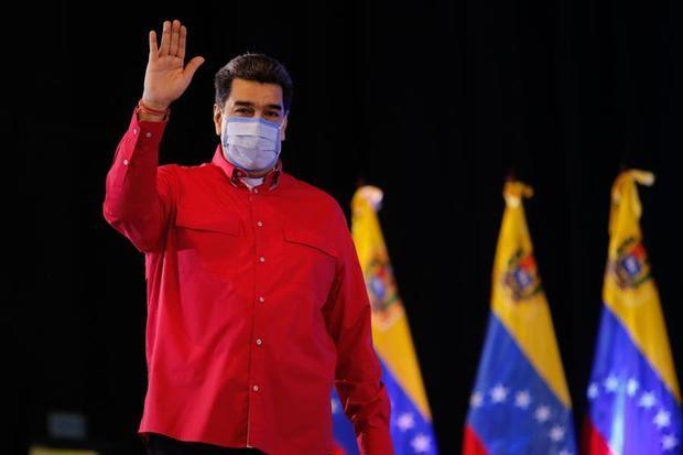 Fotografía cedida por prensa Miraflores que muestra al presidente de Venezuela, Nicolás Maduro, durante un acto junto a los gobernadores y alcaldes oficialistas, en Caracas, Venezuela.