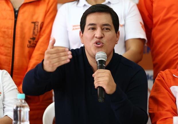 El candidato a la presidencia de Ecuador Andrés Arauz, habla en una rueda de prensa hoy miércoles en Quito. Arauz dijo 'nos han suspendido arbitrariamente spots de campaña y quieren obstaculizar la veeduría democrática al proceso electoral'.