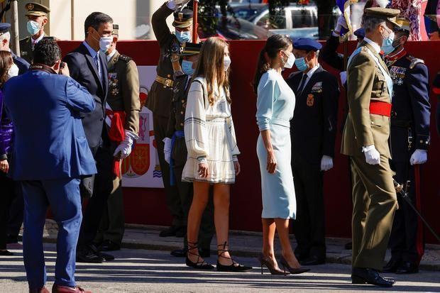 El rey Felipe VI (d), la reina Letizia (2d), la infanta Sofía (3d) y el presidente del Gobierno, Pedro Sánchez (i), asisten al desfile militar del 12 de Octubre en el Paseo de la Castellana de Madrid para festejar este martes el Día de la Fiesta Nacional.