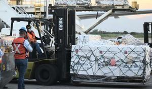 Fotografía cedida de la llegada de 20.000 dosis del segundo componente de la vacuna rusa Sputnik V al Aeropuerto Internacional Ramón Villeda Morales de la ciudad de San Pedro Sula, al norte de Honduras.