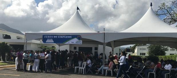 Cientos de personas acuden a feria de empleos de Zona Franca Puerto Plata