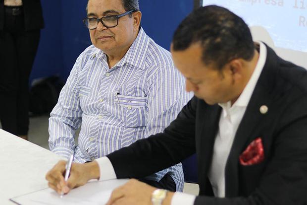 Franklin Núñez y Elvyn Sosa durante firma de acuerdo.
