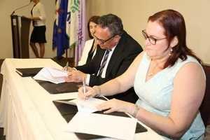 Ramón Ventura Camejo titular del MAP y Yanet Camilo, titular del Ministerio de la Mujer, firman la resolución para la creación de las Unidades de Igualdad de Género.