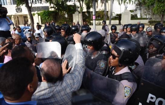 Diputados afines a Fernández condenan incidentes frente a Congreso Nacional