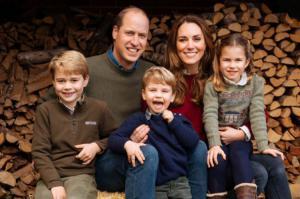 Captura de Instagram de los duques de Cambridge, muy sonrientes junto a sus hijos, en la felicitación de Navidad. EFE