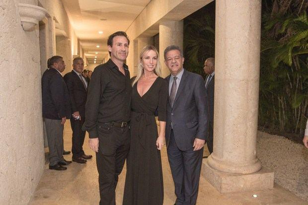 El empresario Nicolás Delrieu y su esposa Cristie Crociani Delrieu mientras compartían con el ex presidente Leonel Fernández.