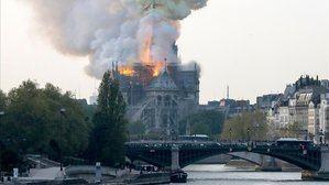 Fuego visible desde los exteriores del templo sobre el cual se eleva una enorme columna humo.