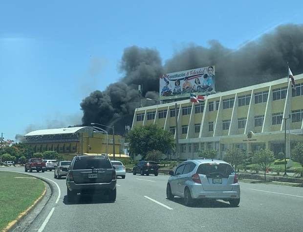 Los bomberos Sofocan un incendio en instalaciones de la JCE.