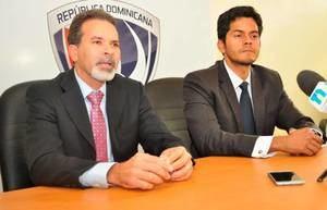 Dinardo –Lalo- Rodríguez, Director Ejecutivo de la Liga Dominicana de Fútbol, acompañado de Francisco Lapouble, miembro de la Comisión de la Fedofutbol, mientras ofrece detalles del torneo 2019 de la LDF.