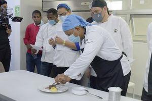 Los jueces evalúan los platos de los participantes.