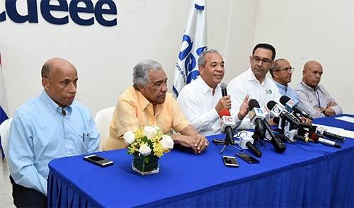 Durrante la rueda de prensa, el vicepresidente ejecutivo de la CDEEE, Rubén Jiménez Bichara, anunció la decisión del Gobierno de entregar una compensación económica a todos los dominicanos que han trabajado en la construcción .