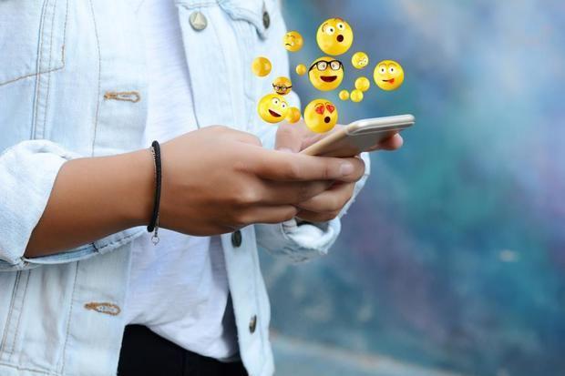 El japonés Shigetaka Kurita es el responsable de crear el primer emoji de la historia en el 1999.