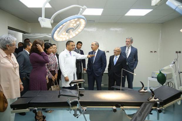 Danilo entrega hospital a comunidad de Fantino