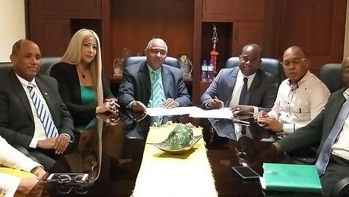 Los presidentes de CoopSeguros y CoopManoguayabo, Manuel Gutiérrez y Pedro Guzmán, junto a directivos de ambas empresas, firman el acuerdo.
