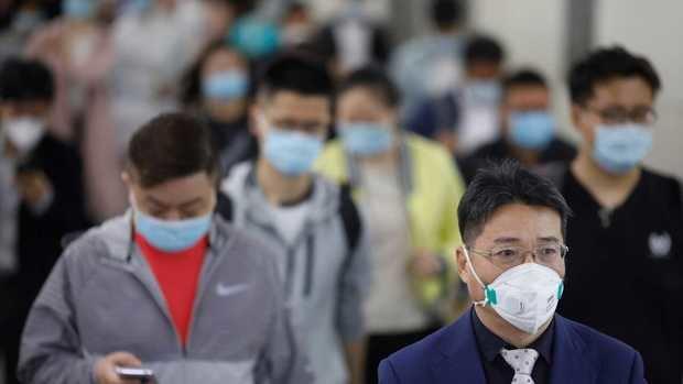 Una multitud de ciudadanos con mascarillas en el metro de Pekín.
