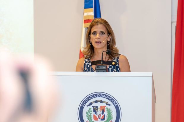 Ligia Bonetti, presidenta Ejecutiva de Grupo SID, mientras presentaba la obra en el marco de la 78 edición de la Feria de Libro en Madrid.