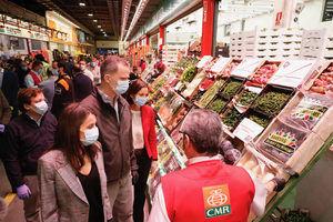 Don Felipe y doña Letizia en Mercamadrid, una plataforma clave para el suministro de alimentos frescos durante la pandemia.