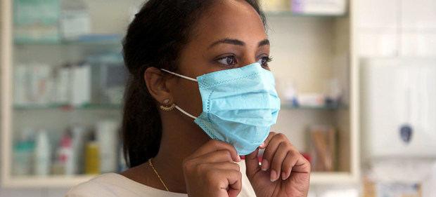 Para usar la mascarilla correctamente, la Organización Mundial de la Salud dice que hay que tirar de la parte inferior para que cubra la boca y la barbilla.