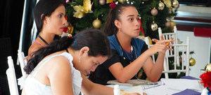 nés Roncancio (tercera de izquierda a derecha) trabaja en equipo con otras jóvenes estudiantes durante un taller de YO PUEDO, una escuela de formación política respaldada por ONU Mujeres en Vista Hermosa, Colombia.