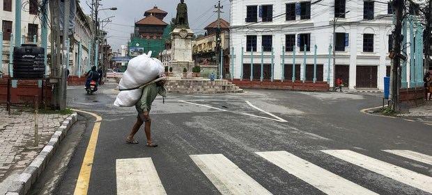 Un hombre cargando un bulto en Kathmandu, Nepal.