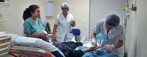 Largas jornadas laborales aumentan el riesgo de morir de ataques al corazón o de derrames cerebrales.