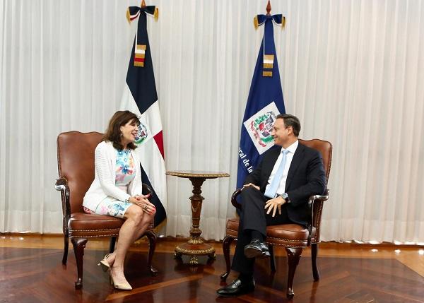 Procurador general recibe visita de cortesía de embajadora estadounidense