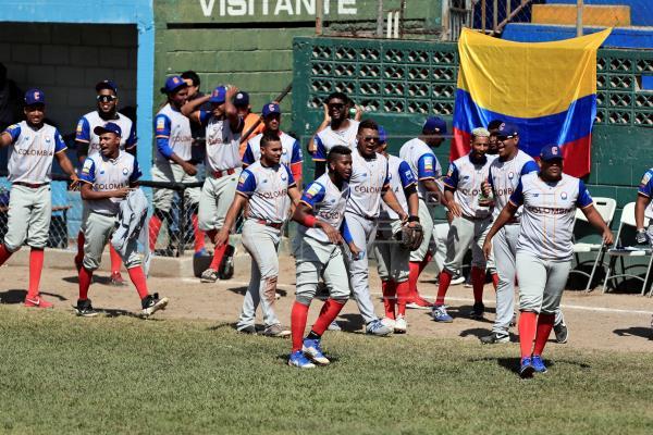 Jugadores de Colombia celebran en el Panamericano de Béisbol Sub-23, en el estadio Héctor Cochi Sosa de Tegucigalpa (Honduras).