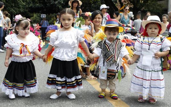 Medellín florece con el desfile de niños silleteros en el inicio de la feria