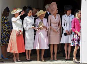 La reina Letizia (2ºi) junto a Sofía de Wessex (i), esposa del príncipe Eduardo, Camilla (c), duquesa de Cornualles, la reina Máxima de Holanda (2d) y Kate Middleton (d), duquesa de Cambridge, tras la ceremonia en la que el rey Felipe VI fue investido este mediodía nuevo caballero de la Orden de la Jarretera, la máxima distinción del Reino Unido, en una ceremonia que se ha celebrado en el Salón de Trono de Castillo de Windsor en presencia de la reina Isabel II.