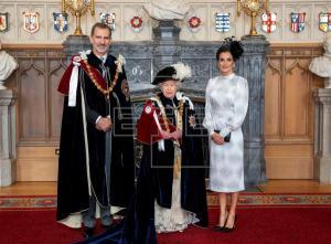 Felipe VI posa junto a la reina Isabel II y la reina Letizia tras ser investido este mediodía nuevo caballero de la Orden de la Jarretera, la máxima distinción del Reino Unido, en una ceremonia que se ha celebrado en el Salón de Trono de Castillo de Windsor.