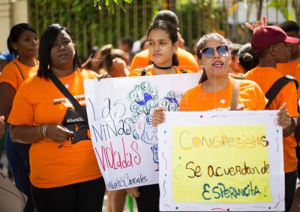 Parte de la manifestación de mujeres ante el Congreso