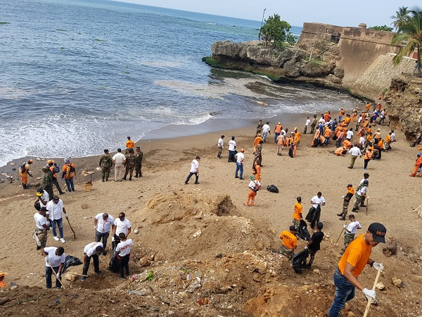 El Ministerio de Obras Públicas refuerza brigadas que retiran basura del Malecón tras 18 días de trabajo
