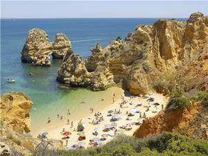 Portugal se da el primer chapuzón con turistas y confusión por la mascarilla.