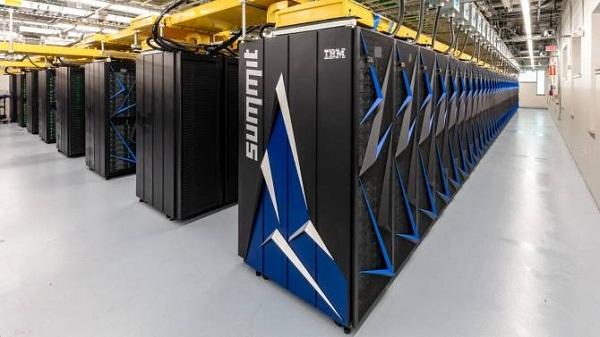 """Las hileras de """"armarios"""" llenos de hardware conforman la supercomputadora Summit,"""
