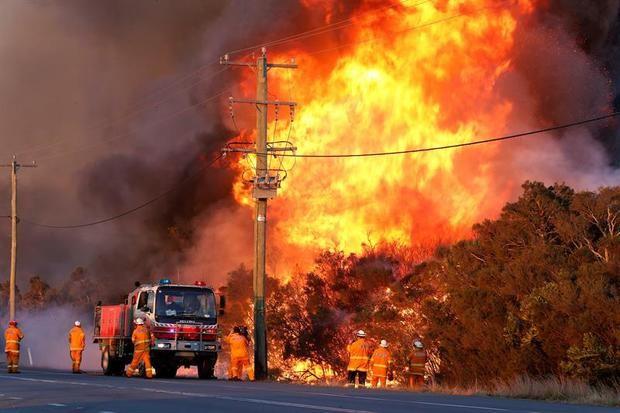 Bomberos trabajan para extinguir incendio en fábrica Brugal de Puerto Plata